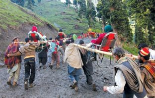 Labourers carrying a Yatris -Photo: Bilal Bahadur