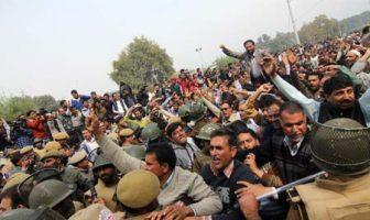 Police arresting Employees in Lalchowk-Photo:Bilal Bahadur