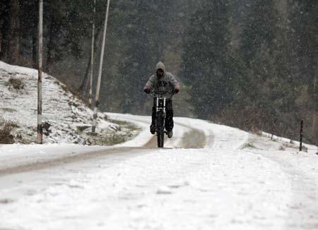 Heavy Snowfall Shuts Mughal Road, Leh Highway