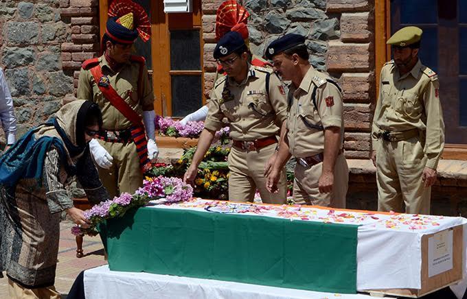 Kashmir: Police officer lynched in Srinagar