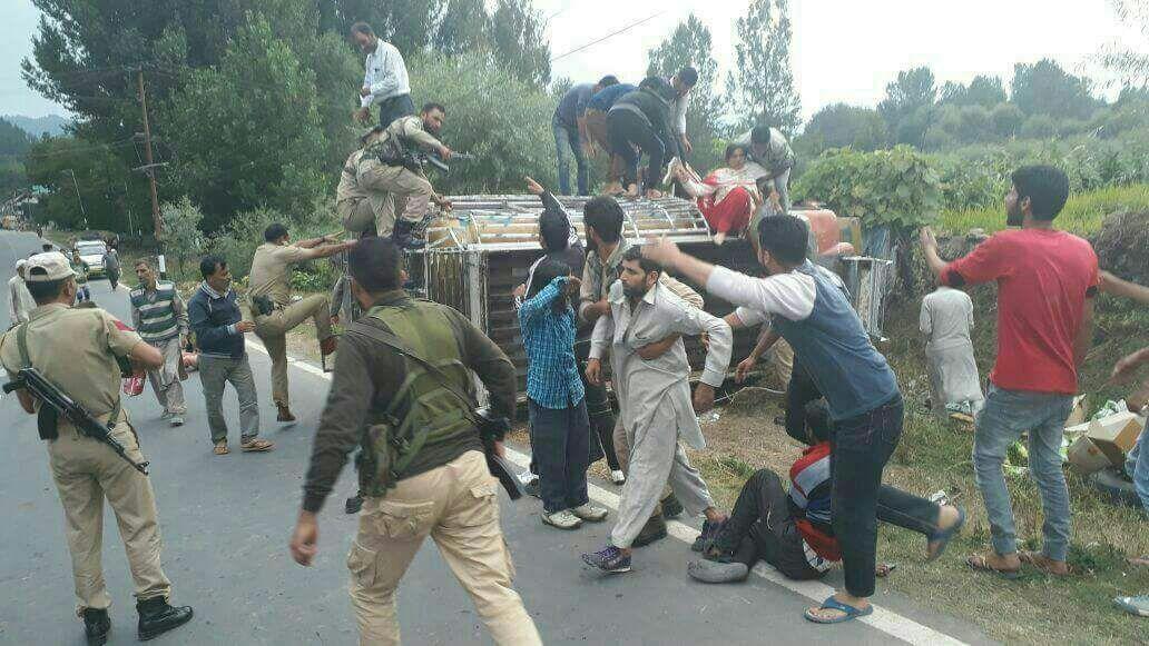 Autobús tortugas boca abajo en Vidente Islamabad, 11 heridos - Cachemira Vida 1