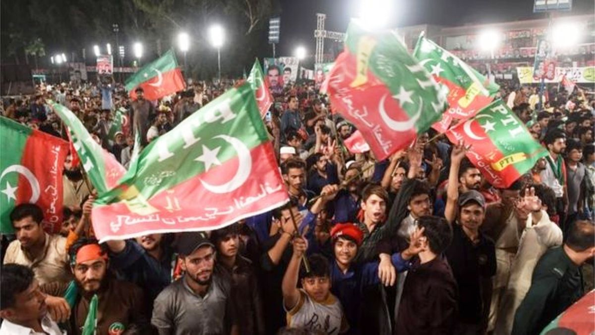 Pakistan election: Imran Khan claims victory amid rigging claims