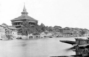 An 1890 photograph of Khanqah and its adjoining homes taken from the banks of Jhelum.