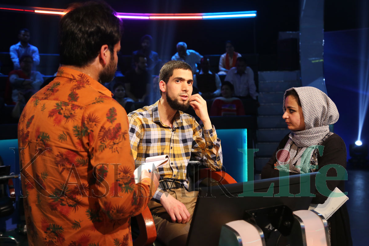 A contestant from Srinagar with KBKK team. KL Image: Special Arrangement Kashmir Life KBC