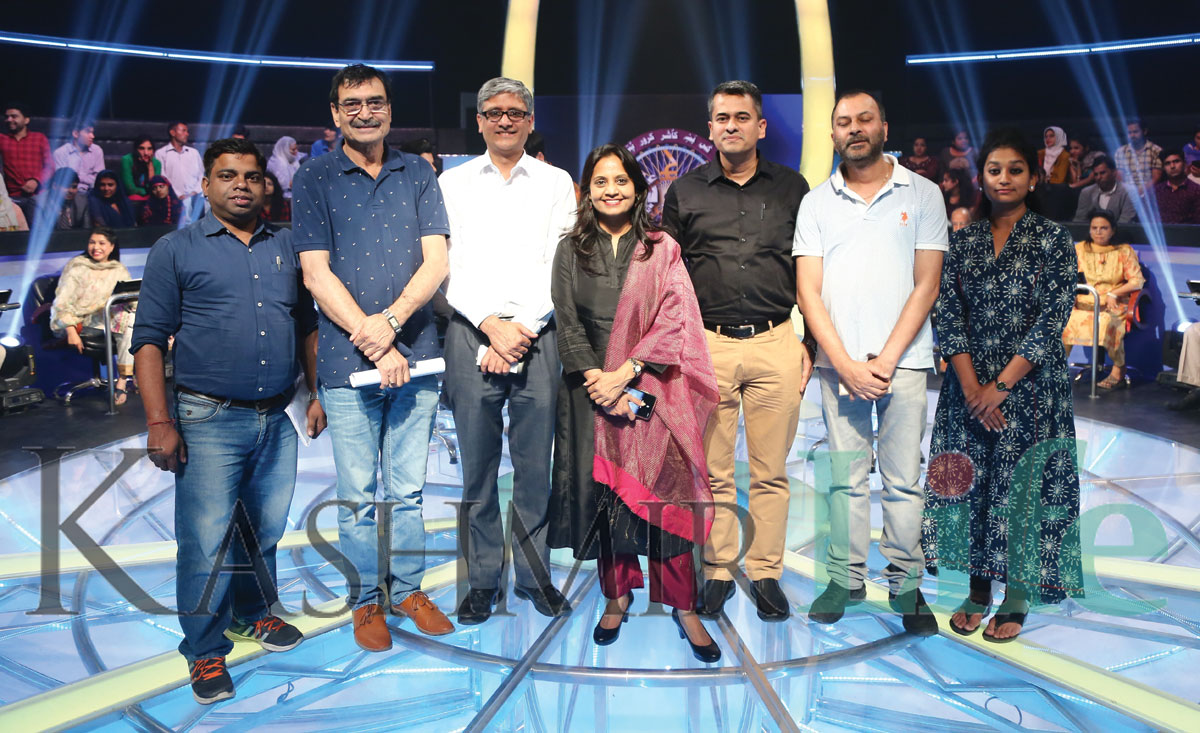 Technical team on the KBKK sets with DG DD Supriya Sahu. KL Image: Special Arrangement Kashmir Life KBC
