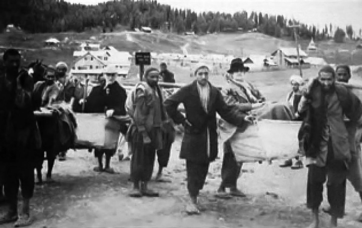 A photograph of 1920 shows the Kashmiri professionals taking the tourists to Gulmarg in palkis.