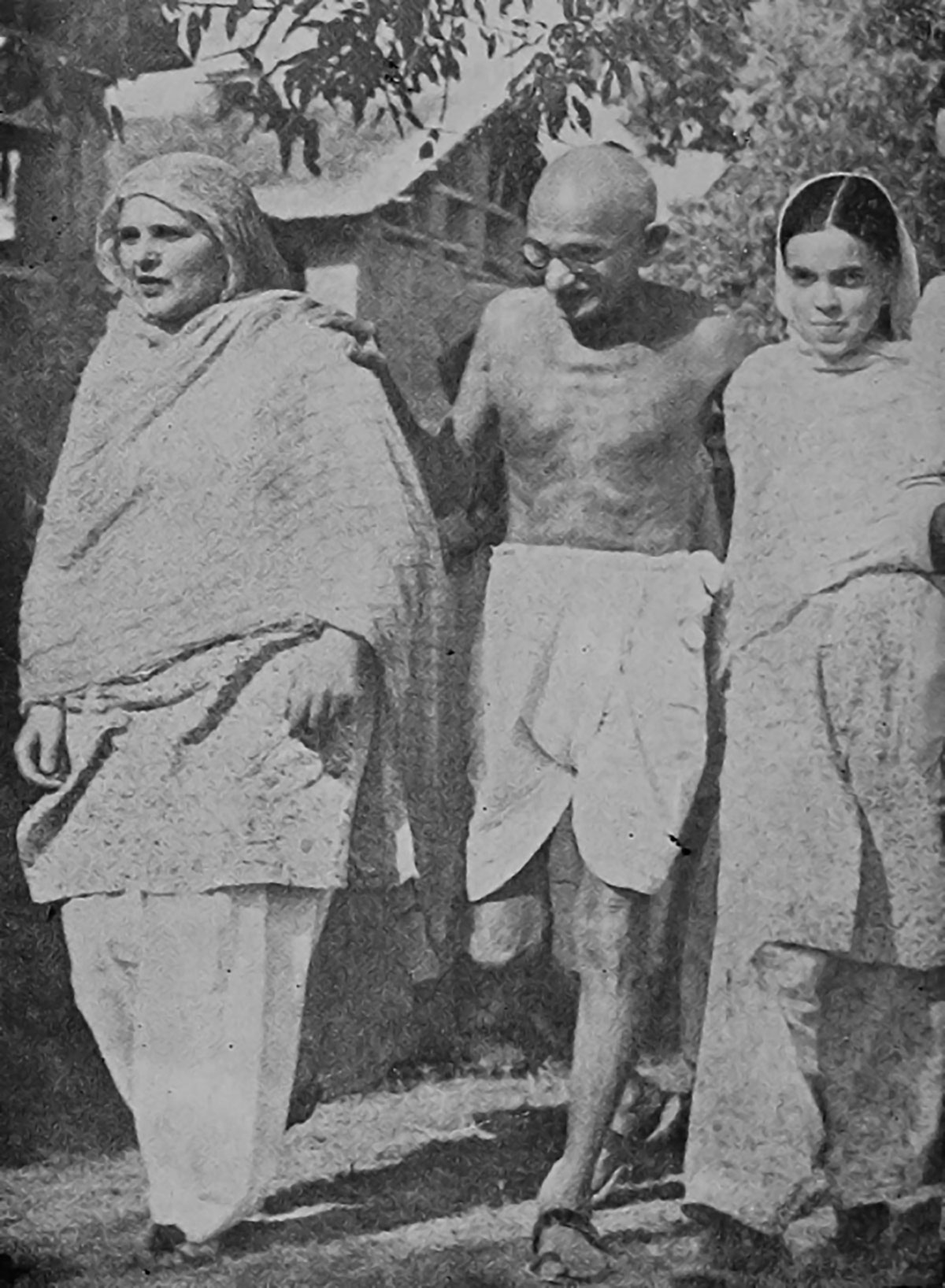 M-K-Gandhi-during-his-only-visit-to-Kashmir.-In-this-July-1947-photograph-in-Srinagar, he is seen walking with Begum Akbar Jehan, wife of Sheikh Abdullah, and Khalida, her daughter.