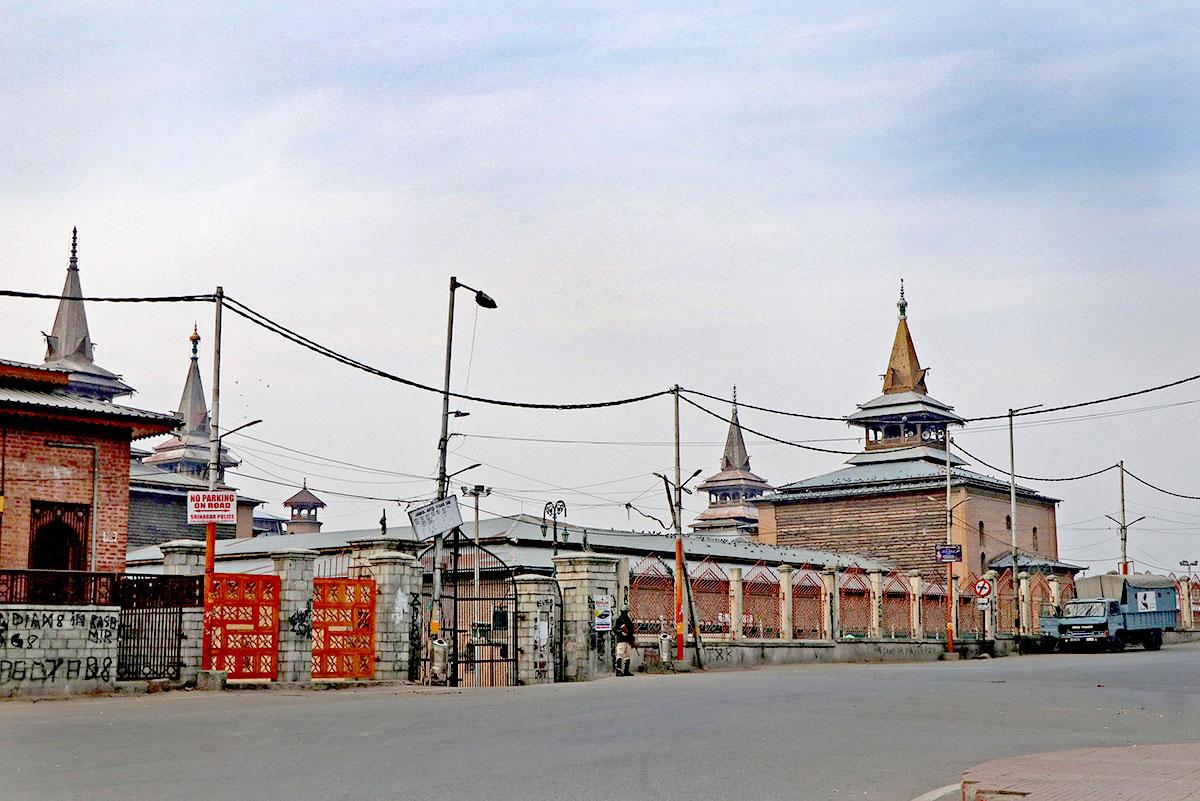 A deserted view outside Jamia Masjid, Nowhatta. KL Image by Bilal Bahadur