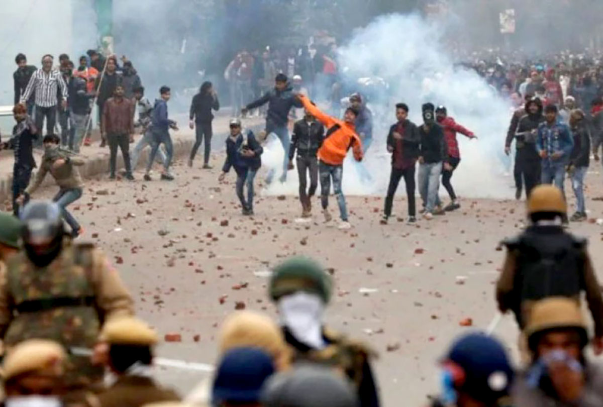 A ding-dong battle between protestors and police in New Delhi. Image by Nasir Kachroo