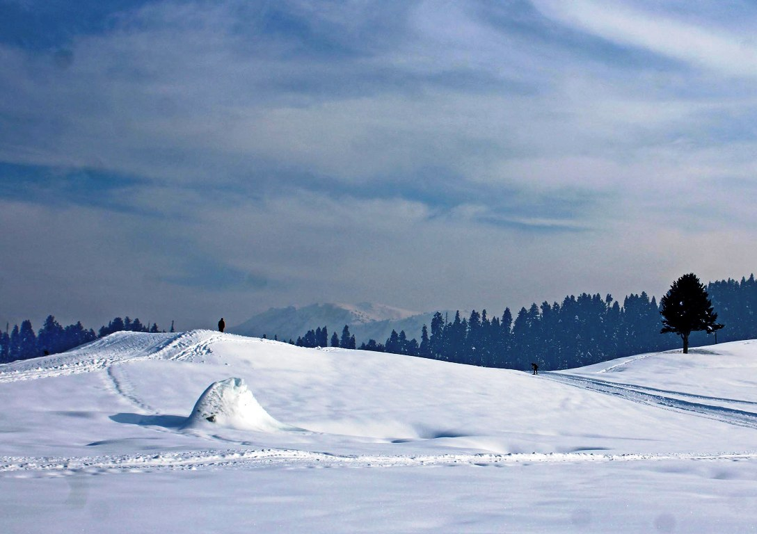 Snow continues for 2nd day in Kashmir, night temp improves